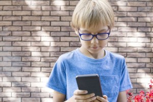 «Αποβάλλονται» τα κινητά από τα γαλλικά σχολεία